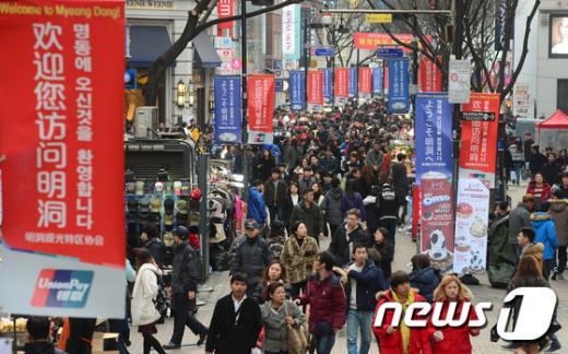 지난달 15일 서울 중구 명동거리에 요우커(중국인 관광객)를 비롯한 외국인 관광객들을 반기는 깃발이 걸려있다. /자료사진=뉴스1DB