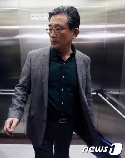 새누리당 이한구 공천관리위원장이 22일 서울 여의도 당사에서 열린 공천관리위원회 전체회의에 참석하기 위해 승강기에 올라있다. /사진=뉴스1