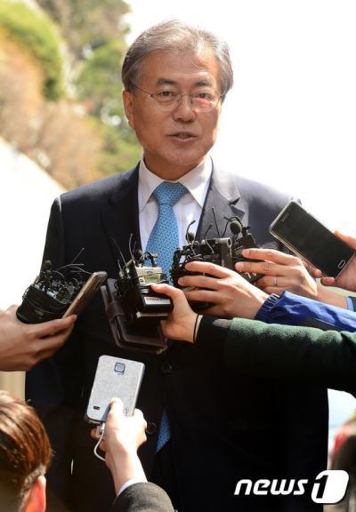 더불어민주당 문재인 전 대표가 22일 서울 종로구 구기동의 김종인 비대위 대표 자택에 들어서기 전 기자들의 질문에 답하고 있다. /사진=뉴스1