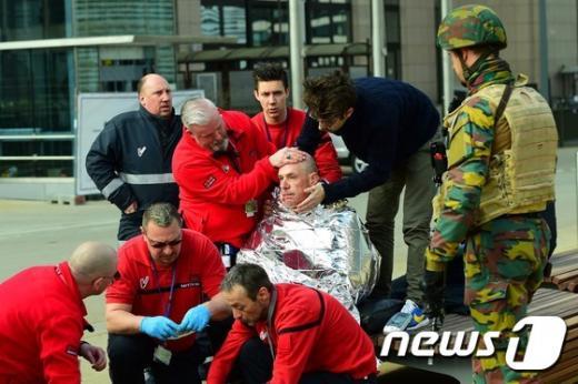 22일(현지시간) 오전 벨기에 브뤼셀 말베이크 지하철역에서 폭발이 발생한 가운데 부상자가 응급치료를 받고 있다. /사진=뉴스1(AFP 제공)