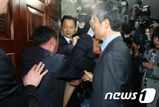 23일 오전 서울 여의도 국회에서 열린 국민의당 비공개 최고위원회의 도중 공천탈락 후 결선투표를 주장하고 있는 김승남 의원(오른쪽)과 지지자들이 회의장 진입을 시도하며 당직자들과 몸싸움을 벌이고 있다. /사진=뉴스1