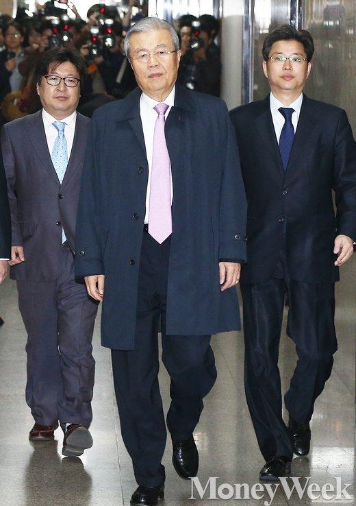 [MW사진] 취재진 뒤로 하고 입장하는 더민주 김종인 대표