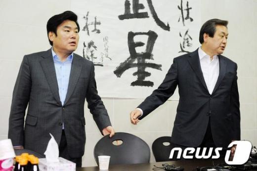 새누리당 김무성 대표(오른쪽)와 원유철 원내대표가 24일 밤 부산 영도구 김대표의 사무실에서 만나 인사를 나누고 있다. /사진=뉴스1
