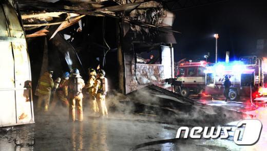 지난 24일 오후 전북 익산시 용제동 한 스티로폼 공장에서 화재가 발생해 익산지역 소방대원들이 진화작업을 하고 있다. /사진=뉴스1 문요한 기자