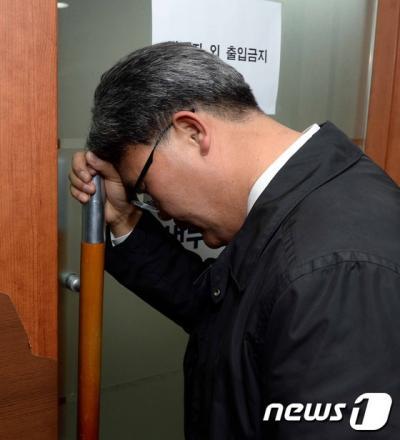 유승민 의원 지역구인 대구 동을에서 공천 취소된 이재만 전 대구 동구청장이 지난 25일 서울 여의도 당사를 방문해 당대표실 앞에서 김대표를 기다리고 있다. /사진=뉴스1