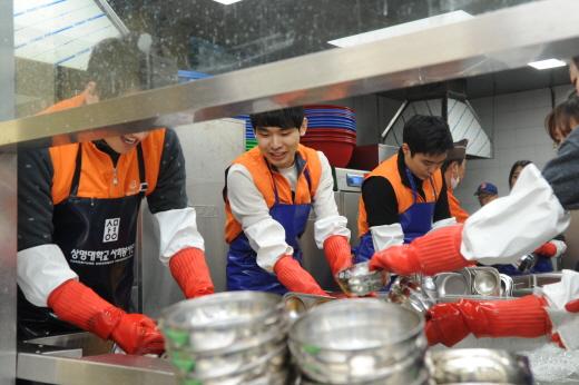 한화투자증권 신입사원이 자원봉사를 하는 모습. /사진=한화투자증권