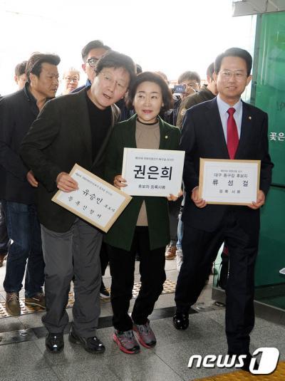 새누리당을 탈당하고 무소속 출마를 선언한 유승민·권은희·류성걸 의원(왼쪽부터)이 지난 25일 대구 북·동선관위에서 후보자 등록을 하고 있다. /사진=뉴스1