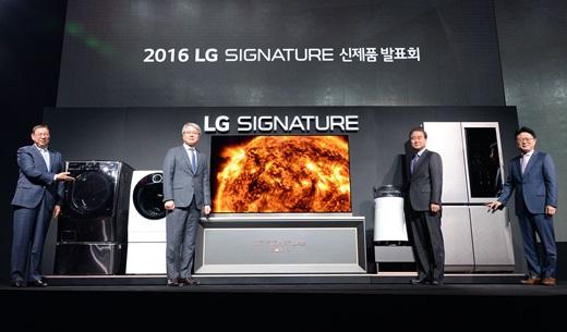 왼쪽부터 조성진 H&A사업본부장(사장), 권봉석 HE사업본부장(부사장), 최상규 한국영업본부장(사장), 안승권 최고기술책임자(사장)이 28일 서울 서초구 양재대로에 위치한 LG전자 서초 R&D캠퍼스에서 LG시그니처 제품들과 함께 포즈를 취하고 있다. /사진=LG전자