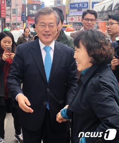 더불어민주당 문재인 전 대표가 29일 충남 서산을 방문, 유권자에게 지지를 호소하고 있다. /사진=뉴스1