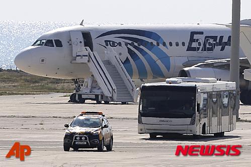 이집트 알렉산드리아를 출발해 수도 카이로로 향하다가 29일 오전(현지시간) 공중에서 납치된 이집트항공 소속 여객기가 키프로스 라르나카 공항에 비상착륙해 있다. /사진=뉴시스(AP 제공)