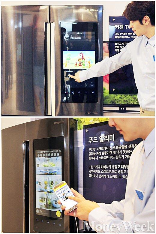 ▲ 삼성 패밀리 허브, 냉장실 도어 풀 HD 터치스크린을 이용해 TV 연동 및 푸드알리미 기능 시연하는 삼성 관계자