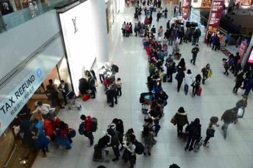 인천국제공항 여객터미널 면세구역에 설치된 세금환급소에 출국자들이 길게 줄을 서 있다/사진=뉴스1DB