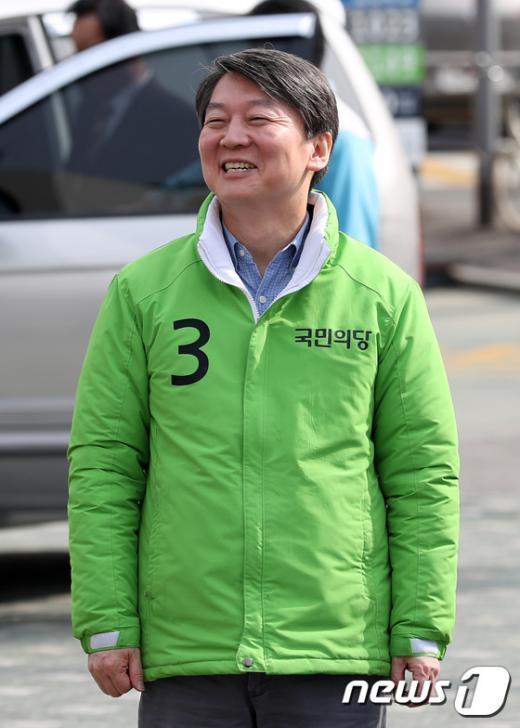 안철수 국민의당 상임공동대표가 오늘(31일) 서울 종로구 성균관대학교 인근에서 박태순 종로구 후보 지원유세를 하고 있다. /사진=뉴스1 박지혜 기자