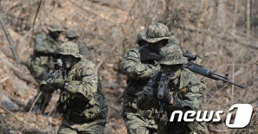특전사 13여단 장병들이 지난 2월4일 충북 증평군 일원에서 진행된 동계전술 훈련 은거지 활동을 하고 있다. /자료사진=뉴스1