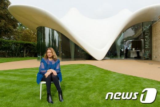 세계적인 건축가 자하 하디드가 생전 자신이 설계한 영국 런던의 서펜타인새클러 갤러리 앞에 앉아있다. /자료사진=뉴스1(AFP제공)