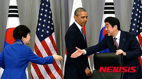 박근혜 대통령이 31일(현지시간) 오전 핵안보 정상회의가 열리는 미국 워싱턴 컨벤션 센터에서 아베 신조 일본 총리와 한·미·일 정상회담을 마친 후 인사를 나누고 있다. /사진=뉴시스