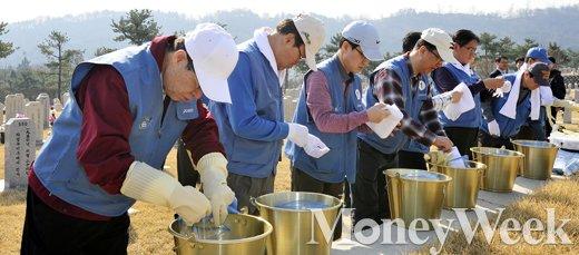 [MW사진] 봉사활동 중인 권오준 포스코 회장과 임원들