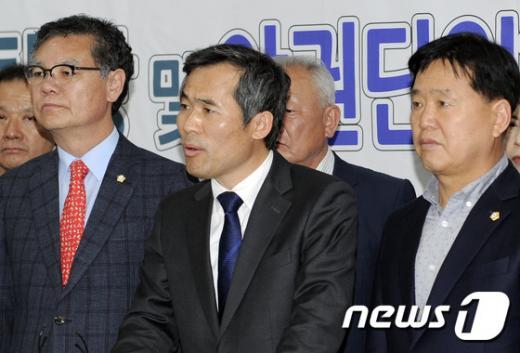 김승남 의원이 지난달 28일 광주시의회 브리핑룸에서 기자회견을 열고 국민의당 탈당 선언을 하고 있다. /사진=뉴스1