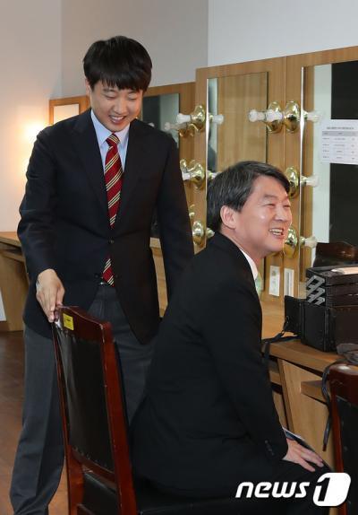 지난 5일 오후 서울 노원구 인덕대학교 은봉관에서 열린 노원후보자 TV토론회에 참석하는 새누리당 이준석 후보(왼쪽)와 국민의당 안철수 후보가 분장실에서 마주치고 있다. /사진=뉴스1
