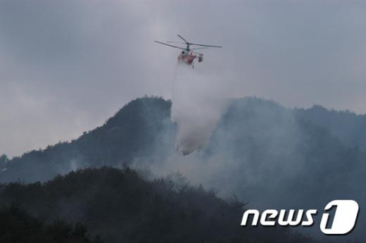 5일 충주 수안보 인근에서 산불이 나 헬기가 진화작업을 벌이고 있다. /사진=뉴스1