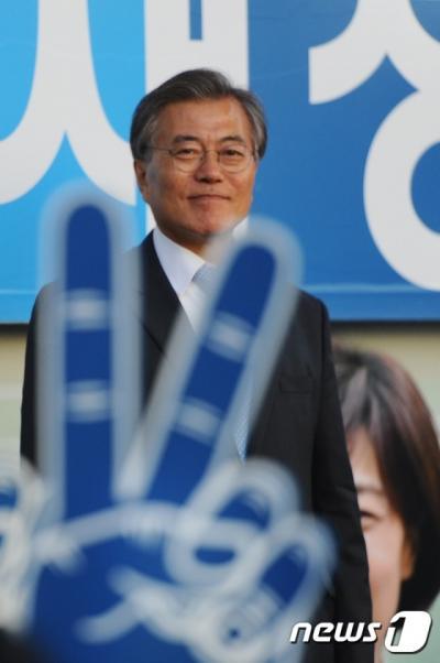 더불어민주당 문재인 전 대표가 지난 5일 부산 사상구 배재정 후보의 지원 유세에 나서고 있다. /사진=뉴스1