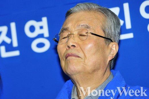 [MW사진] 4·13 총선 D-7, 두 눈 감은 김종인 대표