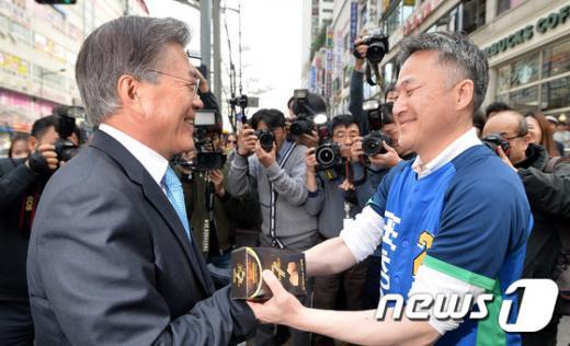 더불어민주당 문재인 전 대표(왼쪽)가 6일 오전 경기 용인시 기흥구 보정동 카페거리에서 용인시정에 출마한 표창원 후보 지원 유세에 나서고 있다. /사진=뉴스1