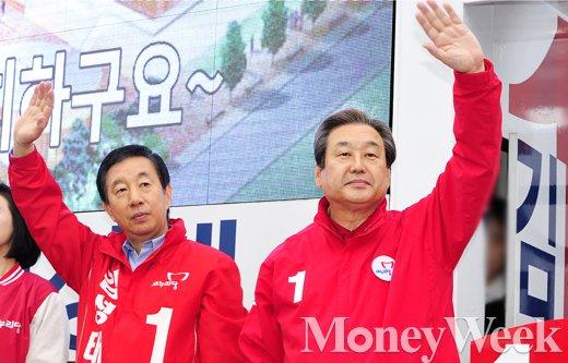 [MW사진] 총선 D-6, '출근길 시민들 향해 손 흔드는 김성태-김무성'