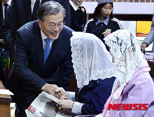 문재인 더불어민주당 전 대표가 지난 3일 오전 서울 신대방성당에서 열린 미사에 참석해 신도들과 인사를 하고 있다. /자료사진=뉴시스