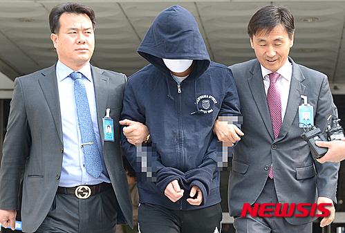 7급 공무원 시험을 본 송모씨(26)가 정부서울청사 인사혁신처에 침입해 자신의 성적을 조작한 혐의로 긴급체포되고 있다. /자료사진=뉴시스