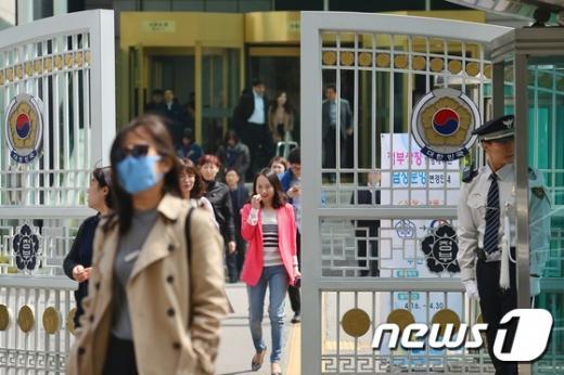 지난 6일 오후 서울 종로구 정부서울청사에서 공무원들이 후문을 통해 청사를 나서고 있다. /사진=뉴스1