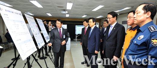 [MW사진] '4·13 총선 D-6' 선거관련 업무현황 보고받는 황교안 총리