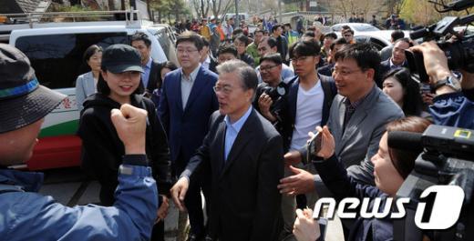 지난 9일 광주 동구 무등산 문빈정사를 찾은 더불어민주당 문재인 전 대표에게 유권자들이 지지를 보내고 있다. /사진=뉴스1