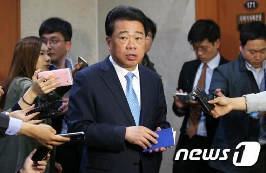더불어민주당 김성수 수석 대변인이 15일 서울 여의도 국회 정론관에서 비대위원 명단을 발표한 뒤 취재진의 질문에 답하고 있다. /사진=뉴스1