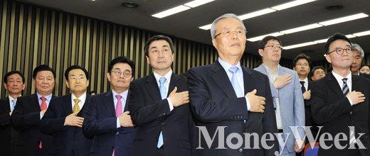 [MW사진] 더민주 선대위 해단식, 국민의례 중인 지도부
