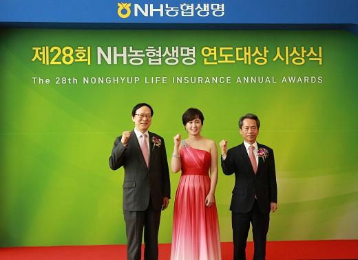 (왼쪽부터)김용환 NH농협금융지주 회장, 성하선 주임, 김용복 NH농협생명 대표이사. /사진=NH농협생명