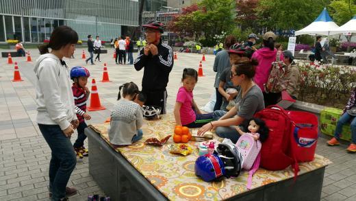 제2회 청계릴레이사이클링에 참가한 전은영(38)씨 가족. /사진=진현진 기자