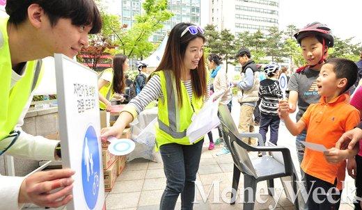 [MW사진] 제2회 청계릴레이사이클링, '자전거안전 OX 퀴즈, 정답은?'