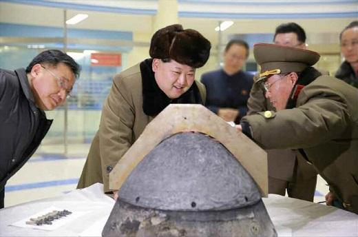 '북한 slbm'. 탄도로켓 전투부 살펴보는 김정은. /사진=뉴스1DB