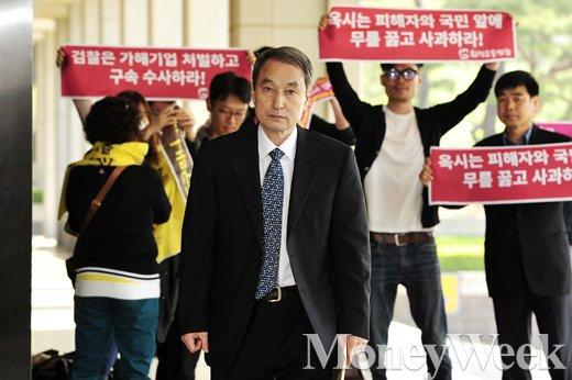 [MW사진] 가습기 살균제 사망사건, 신현우 전 옥시 대표 검찰소환
