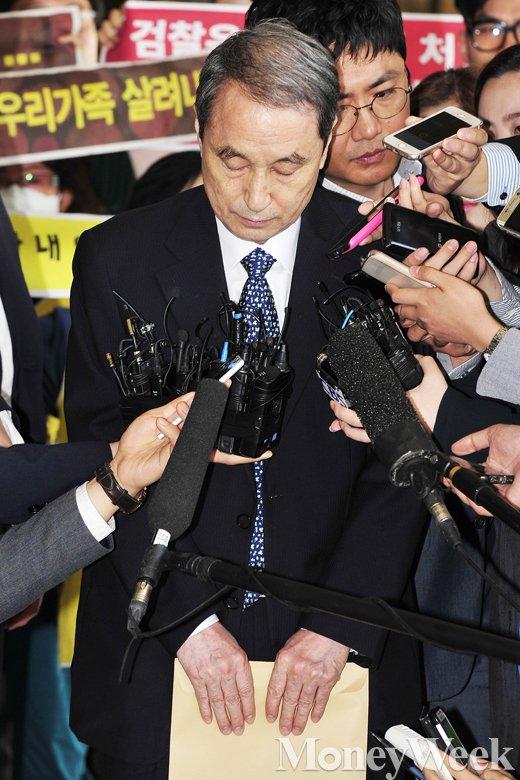 [MW사진] 검찰 소환 옥시 전 대표, '두눈 질끈 감고'