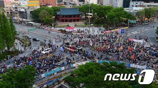 지난해 노동절 대회 참가자들이 종각 일대서 농성을 하고 있다. /사진=뉴스1