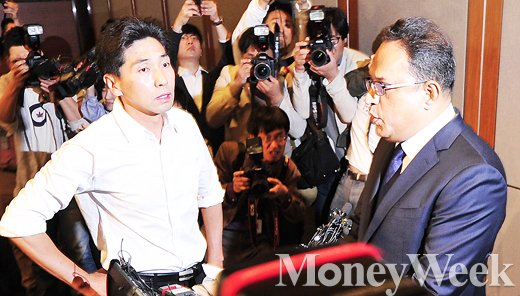 [MW사진] 피해 유가족 앞에서 회사 입장 밝히는 옥시 한국법인 대표