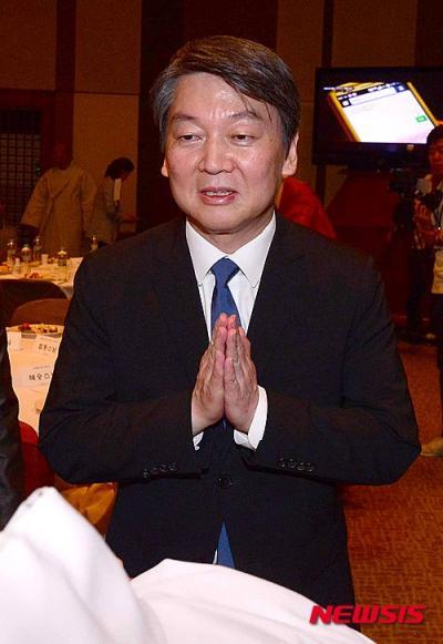 국민의당 안철수 상임공동대표가 오늘(2일) 서울 태평로 프레스센터에서 열린 BBS불교 방송 개국 26주년 기념식에서 합장으로 스님들과 인사를 나누고 있다. /자료사진=뉴시스
