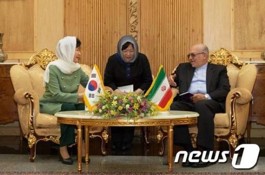 박근혜 대통령이 지난 1일(현지시간) 이란 테헤란 메라바드공항에 도착해 이란식 히잡 '루사리'를 착용하고 모하마드 레자 네맛자데 산업광물무역부 장관과 환담을 나누고 있다. /사진=뉴스1(청와대 제공)