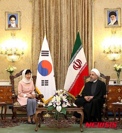 이란을 국빈 방문한 박근혜 대통령이 2일(현지시간) 테헤란 사드아바드 좀후리궁에서 하산 로하니 대통령과 정상회담에 앞서 사전환담을 나누고 있다. /사진=뉴시스