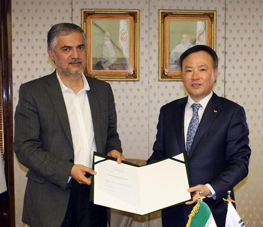 SK텔레콤이 2일(현지시간) 이란 테헤란에서 IoT 기반 사업협력을 위해 이란 에너지부와 MOU를 체결했다. 사진은 왼쪽부터 카비리 이란 에너지부 장관 고문과 장동현 SK텔레콤 사장. /사진=SK텔레콤