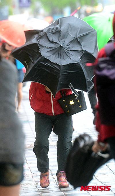 태풍급 저기압의 영향으로 전국에 강풍이 불고 있는 가운데, 3일 오전 부산 동구 도시철도 1호선 부산진역 입구에서 시민들이 태풍급 강풍을 맞으며 힘겹게 걷고 있다. /사진=뉴시스
