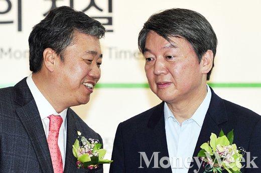 [MW사진] 한국보도사진전, '대화 나누는 정규성 회장과 안철수 대표'