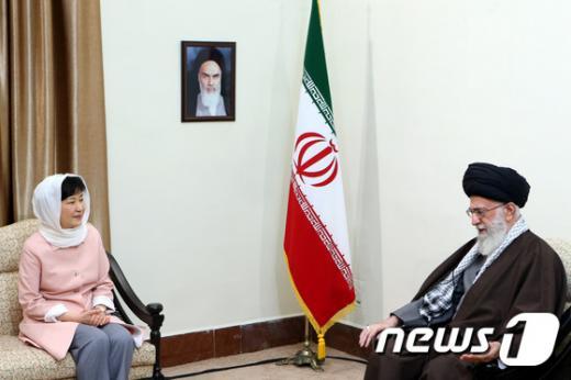 이란을 방문중인 박근혜 대통령(왼쪽)이 2일(현지시간) 이란의 최고 지도자 아야톨라 알리 하메네이와 대화를 나누고 있다. /사진=뉴스1